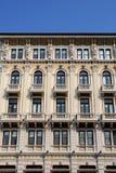 门面的中央部分,与雕象,一个重要大厦在的里雅斯特在弗留利Venezia朱莉娅(意大利) 库存照片