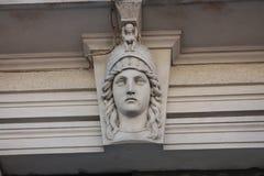 门面的石装饰以头的形式 免版税库存照片