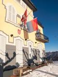 门面阳光的看法与旗子的 图库摄影