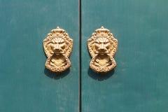 门顶头敲门人狮子 库存照片