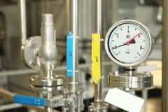 门,轻拍,在配药植物的monometers 对反应器打开医学供应 在生产的测压器 Adjustm 免版税库存图片