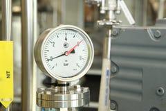 门,轻拍,在配药植物的monometers 对反应器打开医学供应 在生产的测压器 Adjustm 库存图片