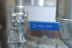 门,轻拍,在配药植物的monometers 对反应器打开医学供应 在生产的测压器 Adjustm 免版税库存照片