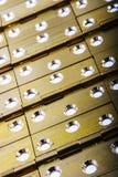 门整个背景的铰链 金黄黄铜 免版税库存照片