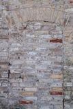 门围住与被打击的砖和顶上的弧 图库摄影