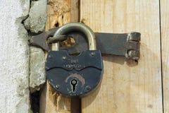 门以前。老锁 库存照片