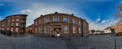 门兴格拉德巴赫,德国- 2016年3月09日:全景视图到与老教会政府大楼的Abteistrasse里 免版税库存图片