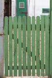 门绿色木头 免版税库存照片