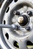 闩上更改的轮胎 免版税库存照片