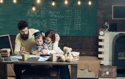 闩上构成概念系列螺母 回到学校的家庭 家庭做与小孩的家庭作业 最佳的家庭  图库摄影