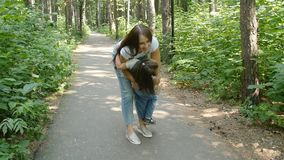 闩上构成概念系列螺母 逗人喜爱的女婴跑到妈妈` s容忍在公园 影视素材