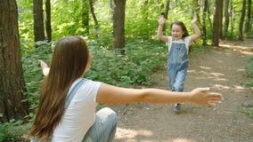 闩上构成概念系列螺母 逗人喜爱的女婴跑到妈妈` s容忍在公园 股票视频