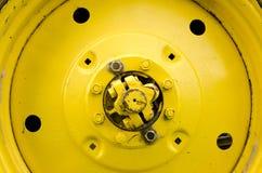闩上特写镜头详细资料漏洞螺母拖拉机轮子黄色 库存图片