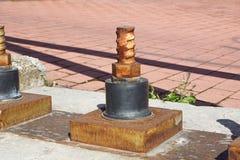 闩上背景,钢闩,堆螺栓,宏观螺栓,金属螺栓 金属化与在被隔绝的螺栓的管子耳轮缘 免版税库存照片