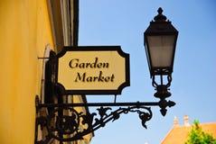 闪亮指示和庭院农贸市场牌照在布达佩斯 库存图片