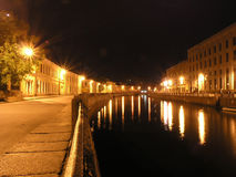 闪亮指示在彼得斯堡河圣徒的moika晚上 库存照片