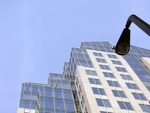 闪亮指示摩天大楼街道 免版税库存图片