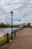 闪亮指示现代街道 河Lagan的河岸 免版税库存照片