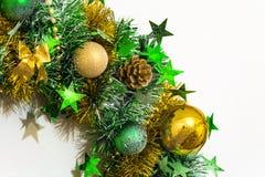 闪亮金属片、弓、球、小珠、锥体和星的圣诞节装饰 库存照片
