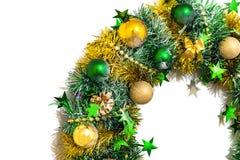 闪亮金属片、弓、球、小珠、锥体和星的圣诞节装饰 免版税图库摄影