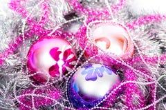 闪亮金属片圣诞节球 库存照片