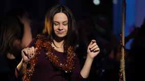 闪亮金属片跳舞的一个美丽的女孩在俱乐部 影视素材