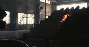 闪光和全部从焊接的工作的火花在黑暗的工地工作在慢动作 焊工在工作 股票录像