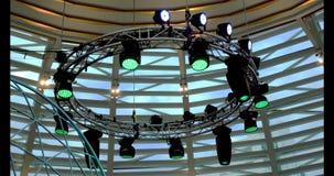 闪光灯和连续的照明设备从下落天花板 股票视频