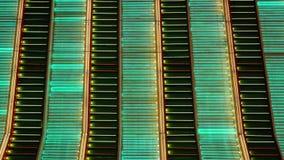 闪动在拉斯维加斯的五颜六色的霓虹灯在晚上 免版税库存图片