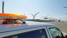 闪动在现代高速公路的汽车的光 闪动的黄色信号灯 影视素材
