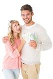 闪动有吸引力的夫妇他们的现金 免版税库存照片