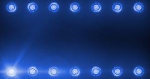 闪动的发光的蓝色阶段轻型娱乐节目娱乐框架,在黑暗,蓝色柔光聚光灯的聚光灯放映机 免版税库存图片