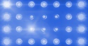闪动的发光的蓝色阶段轻型娱乐节目,在黑暗,蓝色柔光聚光灯罢工的聚光灯放映机在黑色 免版税库存照片