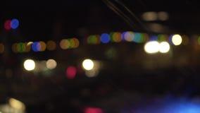 闪动的色的光 庆祝和党,夜城市,defocused bokeh 五颜六色圆的bokeh 股票录像