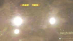 闪动通过风暴的汽车车灯 股票视频