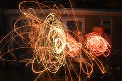 闪烁发光物,在篝火夜 免版税库存图片