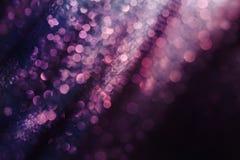 闪烁和焕发软绵绵地多色的bokeh发光 黑暗的abstrac 库存图片