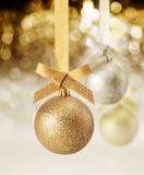 闪烁圣诞节装饰品和当事人光 免版税库存图片