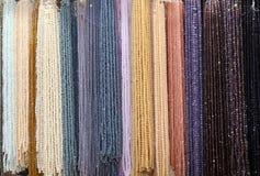 闪烁的人造珠宝项链背景在t的待售 免版税库存照片