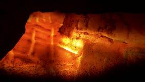 闪烁的炭烬在燃烧室 股票录像