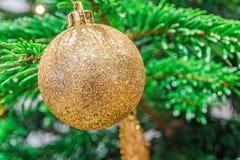 闪烁的金黄圣诞节球 免版税库存图片