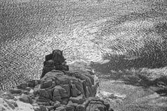 闪烁的水和岩石 免版税库存图片