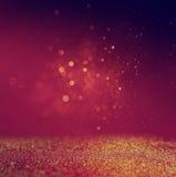 闪烁葡萄酒点燃背景 金子、红色和紫色 defocused 图库摄影