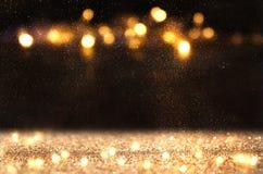闪烁葡萄酒点燃背景 黑暗的金子和黑色 被聚焦的De 库存图片