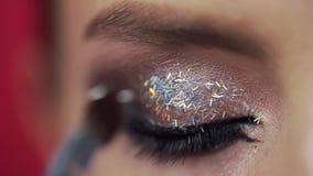 闪烁适用于妇女的眼皮,组成平衡的构成,眼睛构成,化妆师的工作,关闭 股票视频