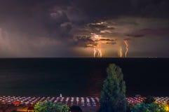 闪电到海里在晚上 摄制从一家旅馆的屋顶金黄沙子的,瓦尔纳保加利亚 免版税图库摄影