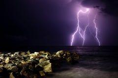 闪电和岩石 库存照片