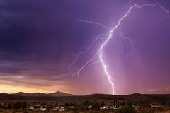 闪电和雷暴在日落 免版税库存照片