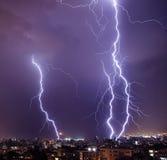 闪电在城市 免版税库存照片