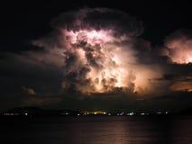 闪电在海的动乱的预兆 免版税库存图片